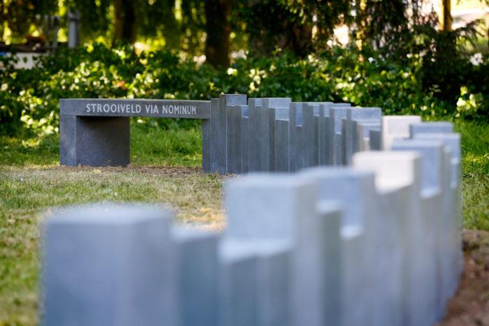 Tiel, 05 juni 2015 Wethouder Melissen het asverstrooiveld op begraafplaats Ter Navolging. Hiermee is de begraafplaats na 45 jaar weer open voor de uitgifte van nieuwe graven, grafkelders, urnengraven en asverstrooiingen. Ter Navolging (1786) is een Rijksmonument. De begraafplaats heeft veel historische grafmonumenten en indrukwekkende oude grafkelders. Daarnaast is er nu een groot asverstrooiveld aangelegd met kunstwerk dat dienstdoet als gedenkmonument. De eerste gedenksteen van Coen Kaayk wordt samen met fa. van Luijn geplaatst. Foto: Jan Bouwhuis.